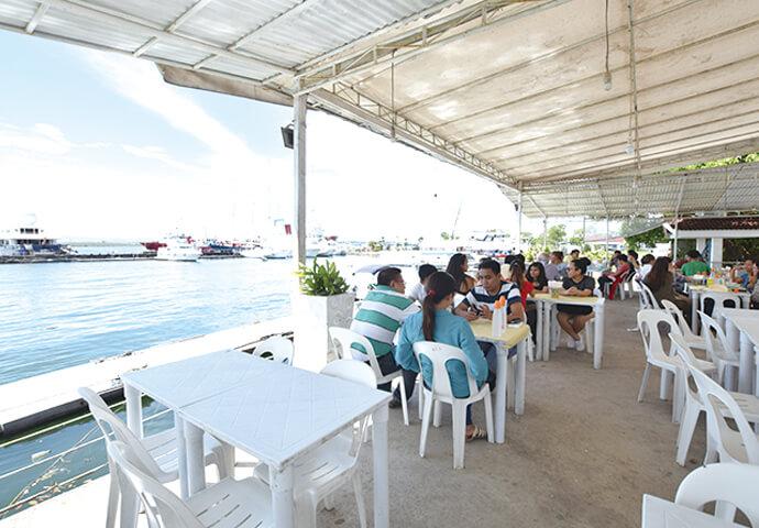 お食事は、クルーズ船に乗っているかのような雰囲気が楽しめる 2Fがオススメ!  青い水面に映る深紅の夕日の絶景が拝めるディナー帯は、特に大人気♪