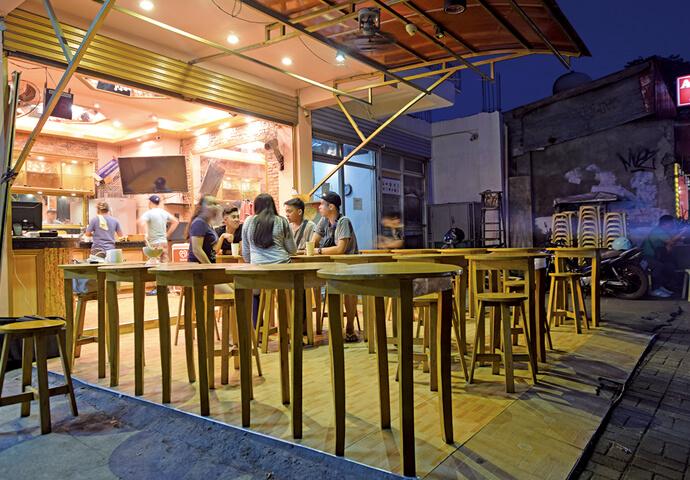 お店の前のテーブル席で、みんなでハロハロをいただきます♡  テイクアウトしてゆっくり食べてもOK!  夜6時からの営業にも関わらず、常に人で賑わう楽しいお店です♪