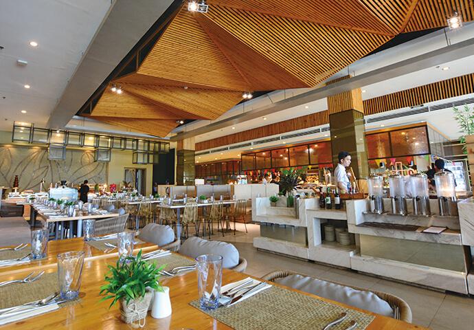 ランチビュッフェ会場のearth restaurantには、 シェフが握るお寿司や色とりどりのケーキ♡  インターナショナル料理を豊富に取り揃えています。