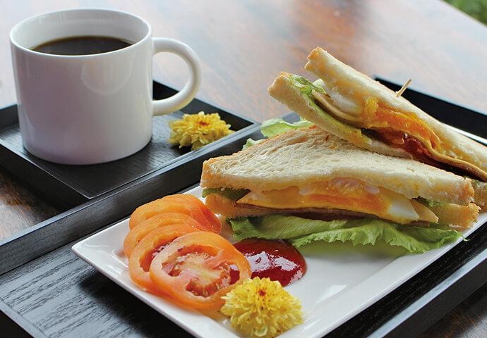 クラブハウスサンドイッチ(190ペソ)  軽食の定番、サンドイッチもお手頃価格で♪  店内で注がれる香ばしいコーヒーと一緒にいただきます♡