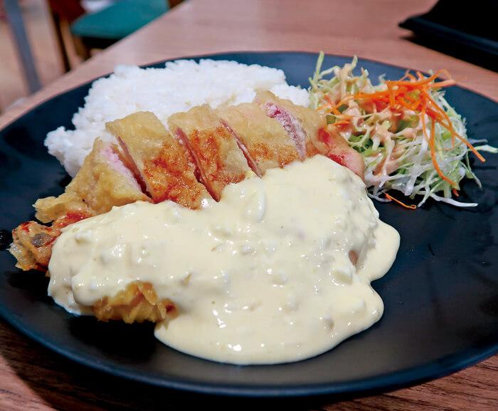 セブでは中々お目にかかれない、日本発祥の肉料理♡  たっぷりトロトロのタルタルソースを揚げたてチキンにかけて食べれば、 ソースの甘味と肉の旨味が口いっぱいに広がります。