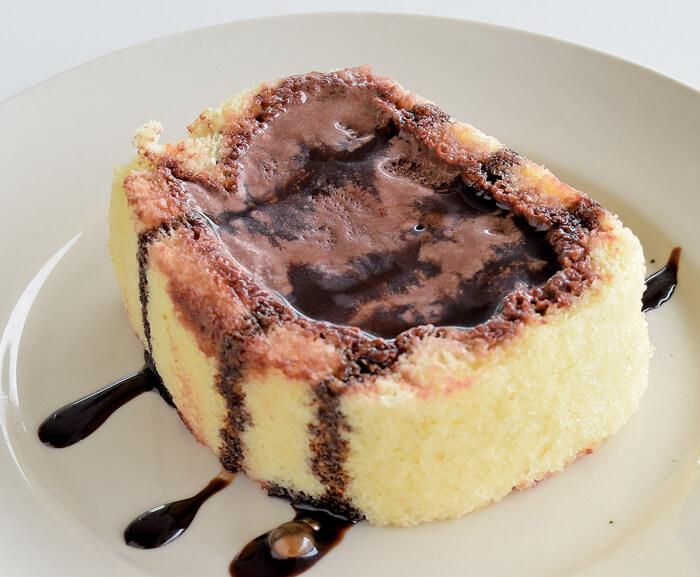 Chocolate Ice Cream Roll(88ペソ) スポンジケーキの中心に、あま~いチョコレートアイスをたっぷり♪溶けだしたアイスクリームがケーキにしみ込んでしっとり甘い♡ 他にも、ケーキやパフェ、バナナスプリットなど、味も量も大満足な人気スイーツがいっぱい♡
