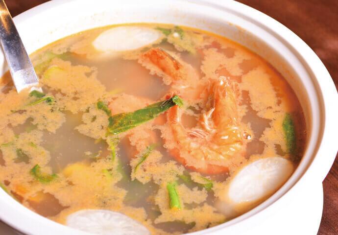 エビや野菜など具材たっぷりで栄養満点♡ フィリピンで長年愛される、スープ料理です。  クセになる酸味が特徴で、 脂っこい料理の後に飲めば、気分爽快!  肉料理のお共にどうぞ♪