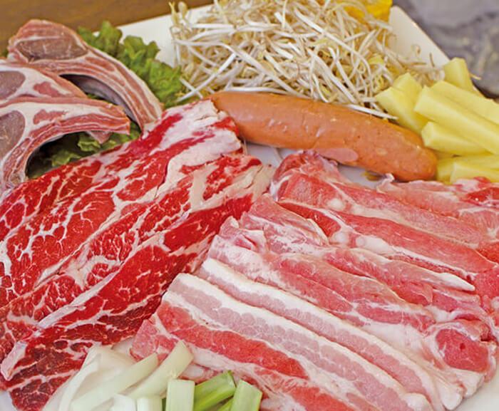 Lamujinは、国籍問わず、全ての人に愛される韓国焼肉のお店。  地元の人の舌に合う味付けを研究された肉は、 今では韓国・中国・日本・フィリピン問わず、食べる人全員の舌をうならせる実力!  団体人気のファミリーセットは、 ラム肉・豚・牛肉・ソーセージ・自家製キムチが付いたお得な一皿♪