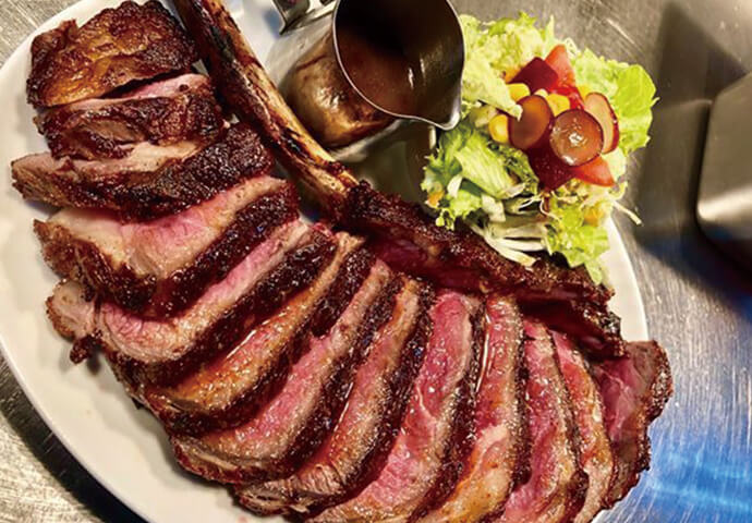 USトマホークステーキ 54オンス(3995ペソ)  インパクト大! マンガに出てくる骨付き肉のような見た目で話題のトマホークステーキを、セブで♪