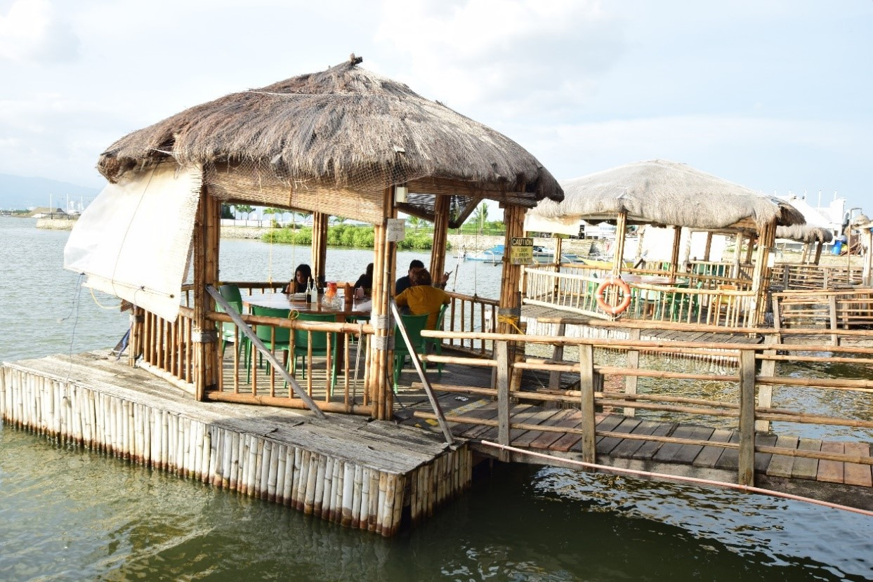 セブを代表する人気レストランの1つであるLantaw(ランタウ)。2012年~地元の人をはじめ観光客からも人気を集め注目を集めるようになりました! セブ・マクタン空港があるマクタン島のコルドバエリアと、セブシティの隣のタリサイ市に店舗を構えています。 レストランの名前は、現地のセブアノ語で『watch, look』という注目を引くという意味を込めて『lantaw』と名付けられました。ランタウでは、美しい景色も含め、味覚だけではなく視覚まで満足できるレストランです♪