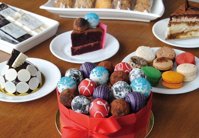 気に入ったスイーツは、テイクアウトしてもOK♪  トリュフチョコレートたっぷりのケーキや カラマンシーやカプチーノ味のマカロンなど、 創作スイーツに、特に力を入れています。
