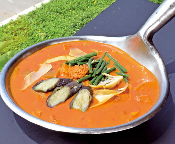 フィリピン料理の定番、カレカレも、もちろん食べ放題!  ベースのピーナッツソースに野菜をふんだんに使用しているので、栄養満点♡  野菜不足になりがちなセブ旅行中に、ぜひとも食べておきたい一品です。