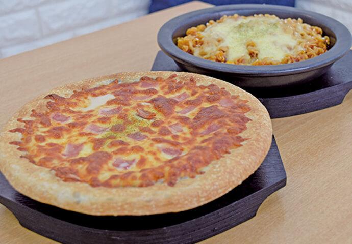 Fire noodle(180ペソ) ビンスで冷えた体を温める韓国料理が目白押し!Fire noodleは、その辛さで体はすぐにホッカホカ♡全種類200ペソほどでいただける、お餅を使ったトッポギピザもオススメです。